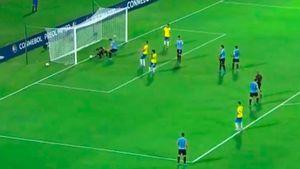 Грубейший ляп вратаря сборной Уругвая: онзакатил мяч себе между ног, видео
