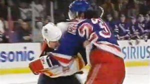 Драка 100-килограммового русского хоккеиста в США. Канадец Хортон дергал ногами, но не выбрался из-под Малахова