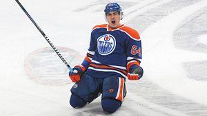 Скандальное поведение русского хоккеиста взбесило хоккейную Америку. После гола Якупов проехался на коленях: видео