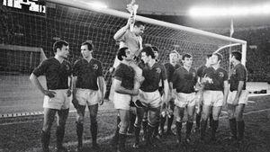 Звезды мирового футбола приехали в СССР, чтобы завершить карьеру Яшина. 50 лет прощальной игре легендарного вратаря