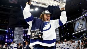 «Ложусь и не могу сомкнуть глаз: не верю, что это произошло». Русский хоккеист Сергачев — о завоевании Кубка Стэнли
