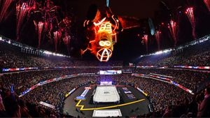 Летающее чудовище, голевой рык Малкина и шаурма по-американски. Фото матча НХЛ под открытым небом