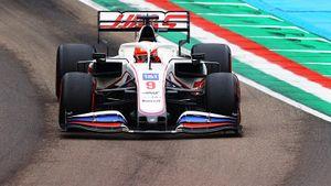 Единственный русский в Формуле-1 отправил соперника в забор и впервые финишировал. Гонка в Италии