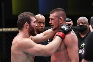 Молдаванин из UFC схватил соперника за шею на дуэли взглядов. Бой Куцелабы и Джейкоби закончился ничьей и объятьями