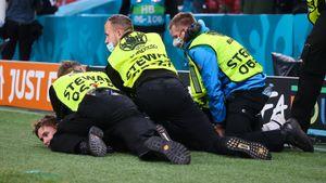 Российский болельщик прорвался на поле после матча с Данией. Стюарды уложили его лицом в газон