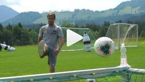 Футболист «Арсенала» Комбаров открыл бутылку мячом, приняв участие в модном челлендже
