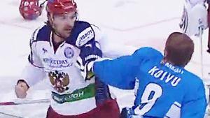 Избил трех хулиганов за 20 секунд. Легендарная драка русского хоккеиста Артюхина перед ЧМ-2011: видео