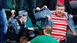 Массовая драка между фанатами «Локо» и «Спартака»: на трибуну пришлось ворваться ОМОНу — фото