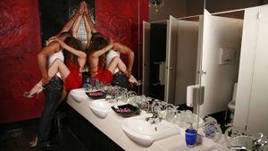 Регбиста могут выгнать за несоблюдение безопасности во время секса в туалете