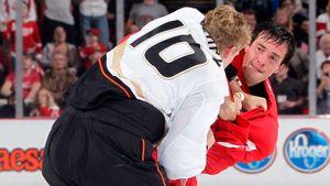 Знаменитая драка русского хоккеиста Дацюка. Он считался джентльменом на льду, но разобрался с канадцем Перри