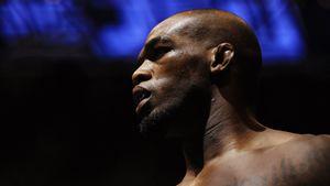 Чемпион UFC Джонс отобрал баллончики с краской у вандалов. Боец выступает против беспорядков в США