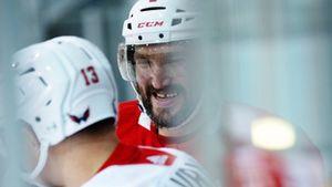 Овечкин исполнил хоккейный «фокус», пообедал с тренером, отложил переговоры о контракте. Как дела у суперзвезды НХЛ