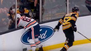 Игрок НХЛ выбил заградительное стекло телом соперника. Самый сокрушительный хит недели