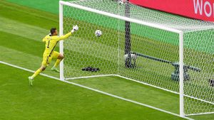 Форвард сборной Чехии Шик забил шотландцам ударом с центра поля в матче Евро-2020: видео