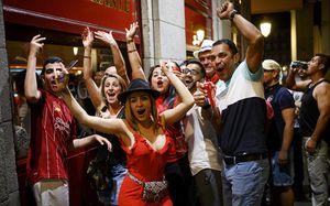 Пиво, песни из пабов и фаст-фуд: фанаты «Ливерпуля» почти не праздновали победу. Но намусорили