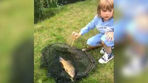 «Словил Золотую рыбку и загадал три желания». Сын Плющенко поймал карпа в пруду: видео