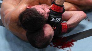 Брутальнейший поединок в UFC. Бойцы боролись в луже крови после жуткого рассечения: видео