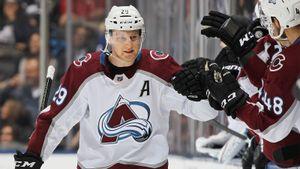 «Он не просто научился плавать, а довольно быстро стал акулой». История лучшего игрока плей-офф НХЛ — Маккиннона