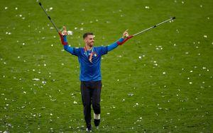 Спинаццола на костылях первым получил золотую медаль Евро-2020