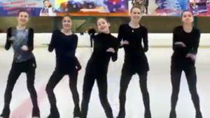 Фигуристки группы Тутберидзе поддержали Щербакову и Квителашвили забавным танцем перед стартом ЧМ: видео