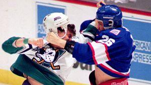 Скандал в американском хоккее. Жена покончившего с собой хоккеиста подала в суд на НХЛ