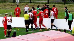 В Муроме во время матча на поле произошла драка: вратаря ударили по лицу. Видео