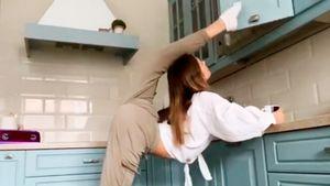 Солдатова закрыла дверцу навесного кухонного шкафа ногой, перекинув ее через голову: видео