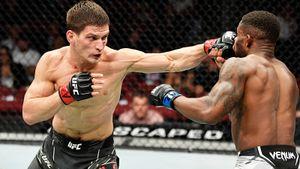 Почти 200 выброшенных ударов за 15 минут. Боец из России Евлоев продолжает двигаться к поясу UFC