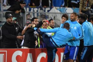 Патрис Эвра ударил фаната изаработал удаление доначала матча