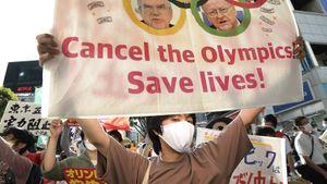 От открытия Олимпиады было неловко всем: спортсмены шли перед пустыми трибунами, а арену окружили протесты