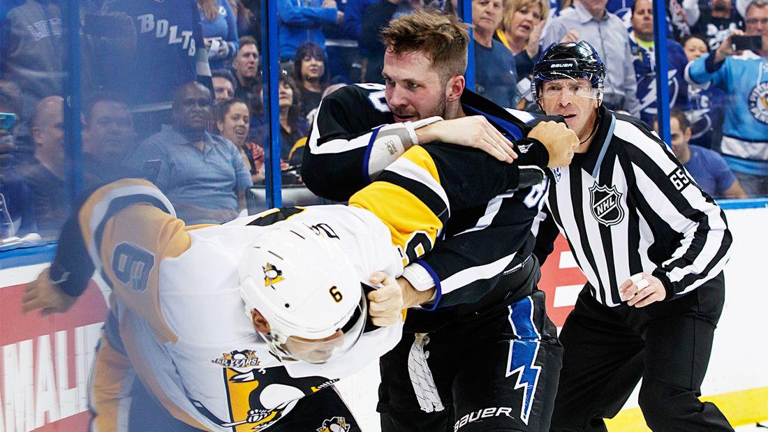 Знаменитая драка русского хоккеиста в США. Кучеров потерял шлем, но продолжал биться с канадцем Дейли: видео