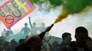 «Мы видим гниение и разруху». Фанаты «МЮ» сорвали матч с «Ливерпулем», протестуя против американских владельцев