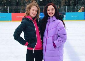 «Было холодно ивесело». Медведева выложила фото спевицей Монеточкой накатке