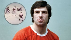 Легендарный гол советского хоккеиста Харламова. Он красиво обманул двух канадцев и бросил под перекладину: видео