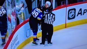 Вырубил двоих с двух ударов! Русский хоккеист Бучневич вышел из себя и начал бить соперников локтем и головой