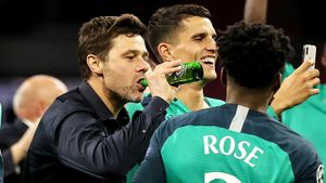 Почеттино плакал, целовался ипил пиво, Моура закусывал футболкой. Главные фото изАмстердама