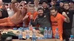 Римейк скандального видео Дзюбы: футболист «Урала» отпраздновал победу, изобразив секс в раздевалке