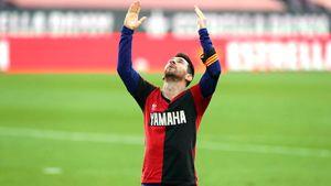 Месси красиво почтил память Марадоны после забитого гола. Но заплатит штраф за футболку его и своего бывшего клуба