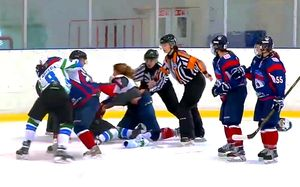 Побоище в женском хоккее. Русские девушки метелили друг друга, будто они Хабиб и Конор