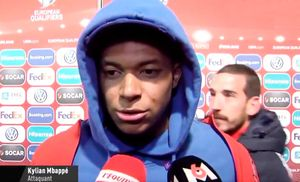 Игрок сборной Андорры снял капюшон сМбаппе вовремя интервью. Французу это неочень понравилось