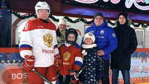 Путин сыграл в хоккей с 9-летним мальчиком — участником всероссийской акции «Елка желаний»: видео