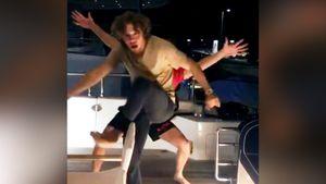 Смешное видео от Панарина. Он показал стойку на руках и танцы с Бобровским на яхте