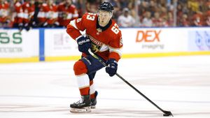 Форвард с Урала выдал серию крутых голов в НХЛ. Дадонов — самый незаметный русский герой в Америке