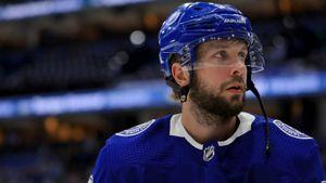 Кучеров психовал на льду и ломал клюшки. Его «Тампа» проиграла лучшему клубу НХЛ