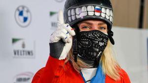 Скелетонистка Никитина в четвертый раз выиграла чемпионат Европы. На награждении она укуталась в русский флаг