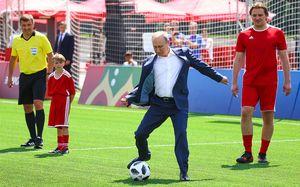 Путин играет в футбол и жмет руку Роналдо. Главные фото с Красной площади
