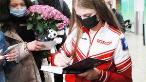 Русские фигуристы вернулись домой после ЧМ: ночью в аэропорту их встречали толпы фанов, а Трусову — собачка Лана
