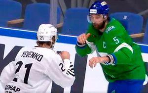 Зрелищная драка двух габаритных хоккеистов в КХЛ — Евенко отправил Семенова в нокаут одним ударом: видео