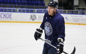 Белорусский хоккеист упал в обморок прямо на скамейке запасных. Но вернулся на лед