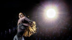 Щербакова с распущенными волосами и золотой медалью, Валиева в луче света. Награждение на чемпионате России: фото